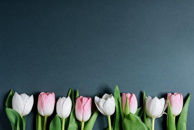 Натюрморт весенних нежных белых и розовых тюльпанов
