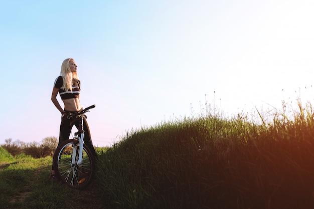 自然の中で女の子のサイクリスト