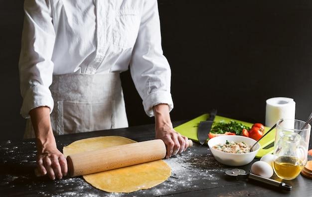 Женщина шеф-повар готовит шаг за шагом традиционные равиоли