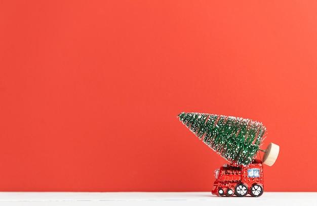 おもちゃの蒸気機関車はクリスマスツリーを運ぶ