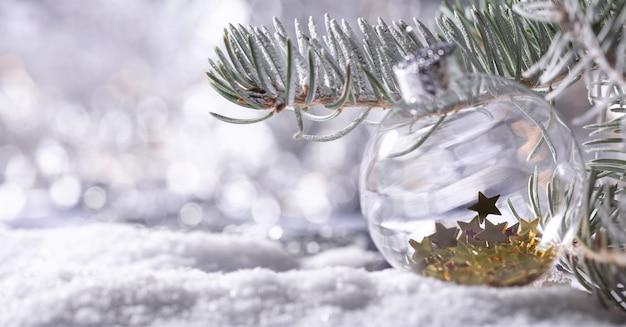 クリスマスライトのボケ味を持つ雪のモミの木の枝