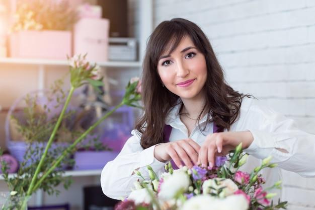 美しい花束をアレンジする女性