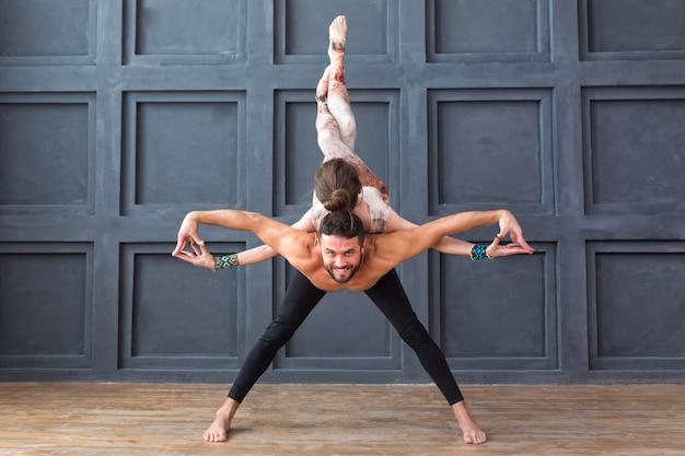 Молодая пара медитирует вместе