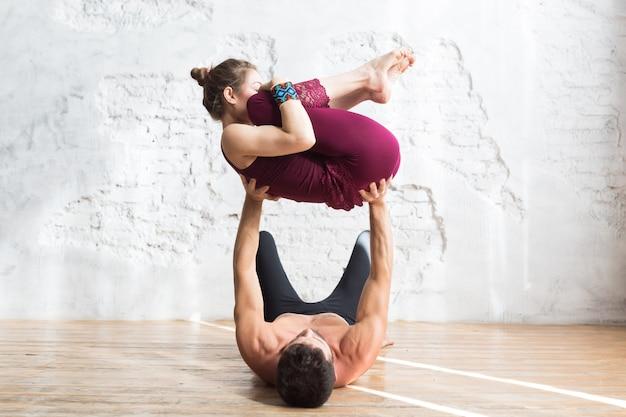 Йога класс пара и концепция группы