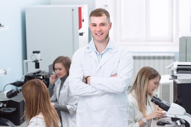 人と化学生物学医療コンセプト