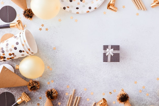 С днем рождения и подарок фон с золотыми украшениями, воздушными шарами и конфетти