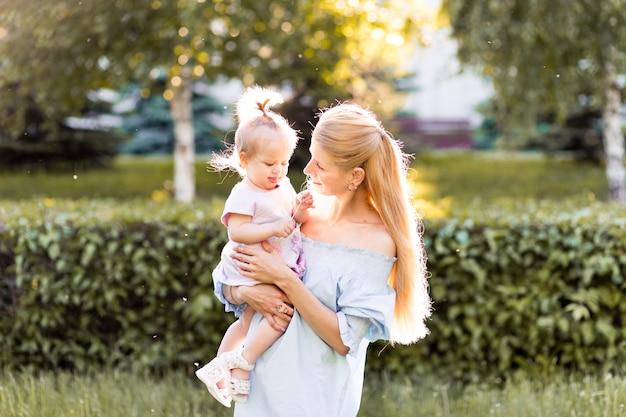 幸福、幸せな子育てと子供時代のコンセプト