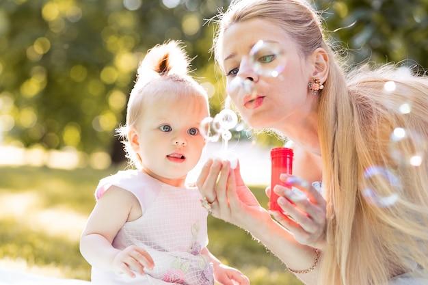 若い母親が遊んで幸せな家族概念