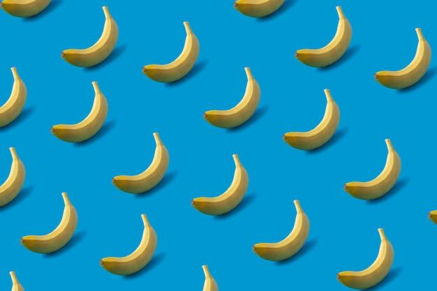 Картина желтых бананов на сини.