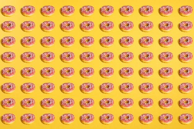 黄色のドーナツと影のパターンのフラットレイアウト