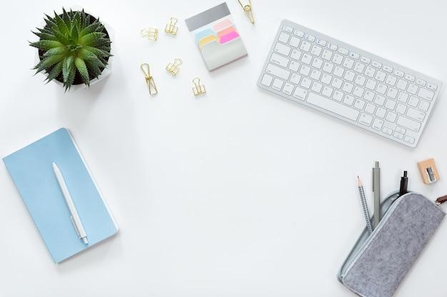 ノートブックとキーボードの携帯電話、緑の花、ペンボックス、鉛筆とワークスペースの平面図とフラットレイアウト