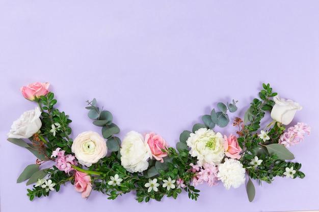 花の背景の花輪の上からの眺め、コピースペースとフラットレイアウト