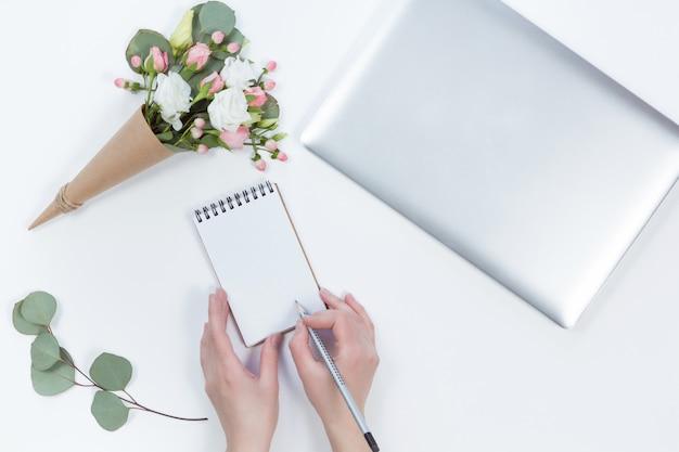 ノートパソコン、ノートブック、女性の手のモックアップの平面図です。ワークスペース、計画コンセプトのフラットレイアウト