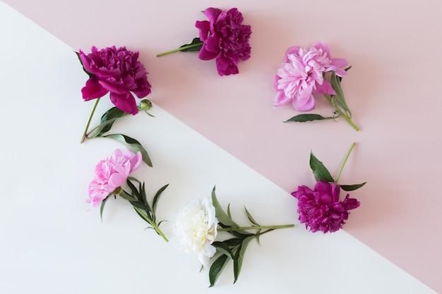 別の花と葉で作られた花の花輪フレーム、フラット横たわっていた、トップビューの背景