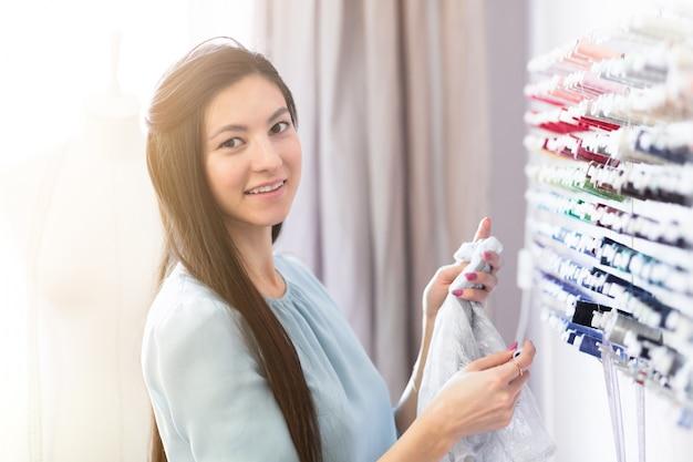 Дизайнерское рабочее место, малый бизнес или стартап. легкая текстильная промышленность, концепция креативных моментов