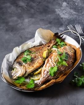 ドラド魚のグリル、レモンドパセリ添え