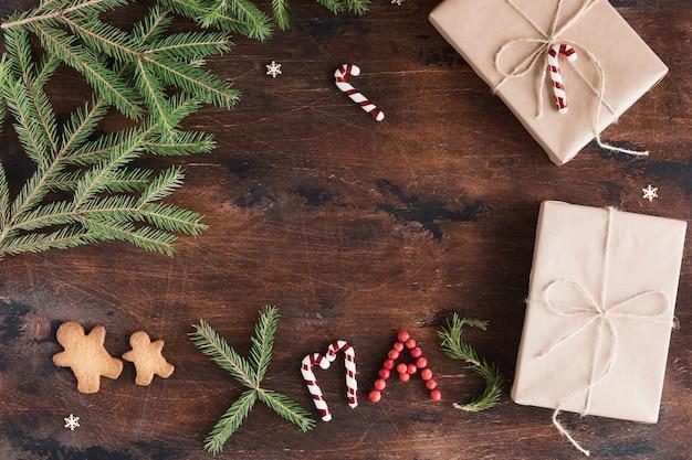 木製の暗いのギフトとジンジャーブレッド人のクリスマス組成。