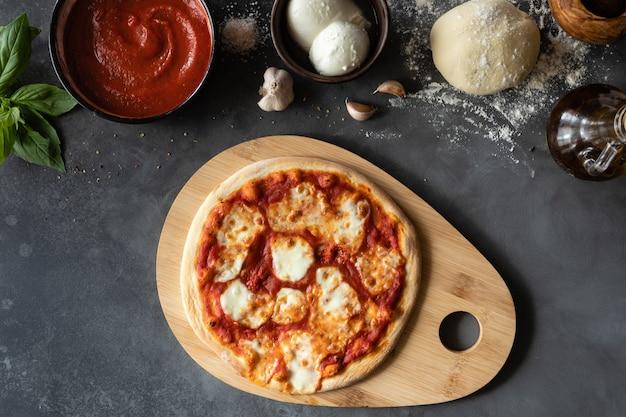 Ингредиенты для традиционной итальянской пиццы маргарита