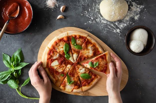 Вид сверху пицца маргарита на черном камне