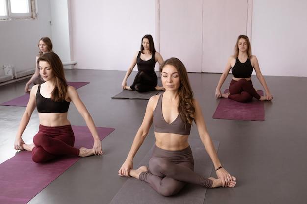 Йога, фитнес, спорт и концепция здорового образа жизни