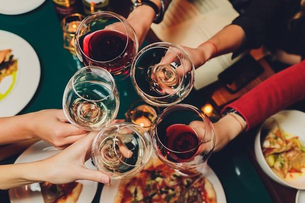 アルコールと乾杯で素晴らしく眼鏡