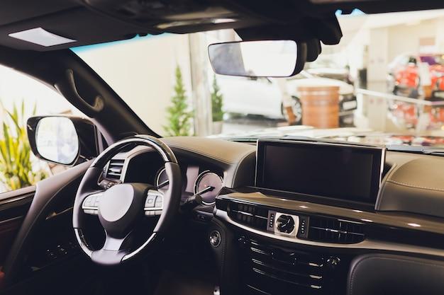 ダッシュボードを示す現代の自動車のインテリアの眺め。