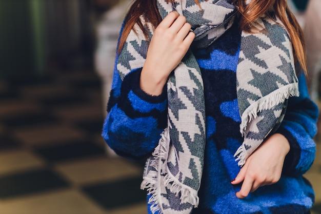 スカーフと青いセーターの女性