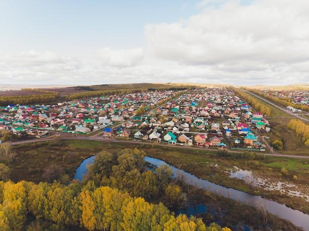 川の近くの小さな村
