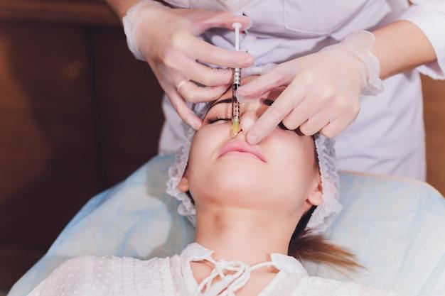 ヒアルロン酸注射による唇の拡大の手順。