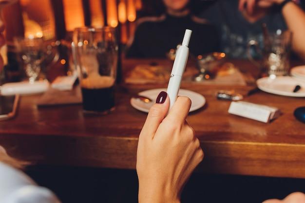 現代のハイブリッドたばこデバイスを熱せずにたばこ製品技術を喫煙する。