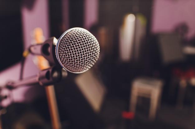 プロのコンデンサースタジオマイク、音楽のコンセプト。録音