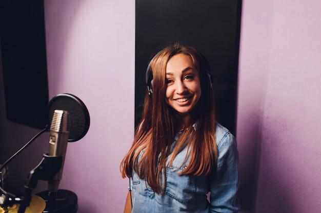 スタジオでトラックを録音する歌手のクローズアップ。