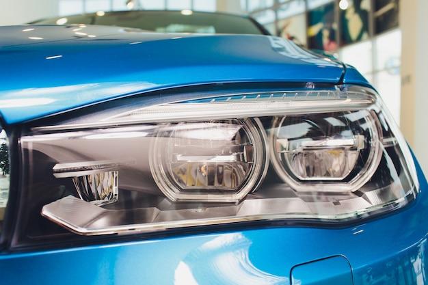 Взгляд макроса современной голубой фары ксеноновой лампы автомобиля.