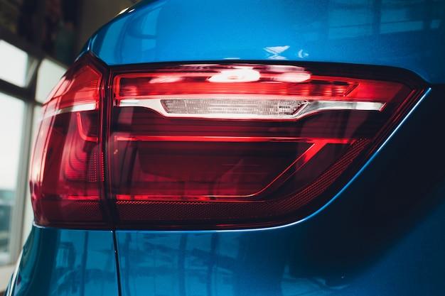 Задний автомобиль авто в деталях подсветка заднего фонаря.