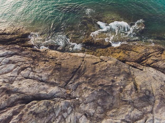 海の波と幻想的な岩の多い海岸の空撮。