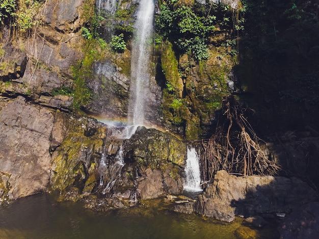 Водопад там нанг, национальный парк шри пханг нга, район такуапа, пханг нга, таиланд.