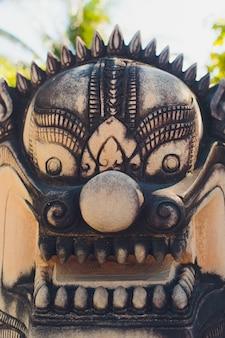 タイのプーケットの仏教寺院のライオン像。