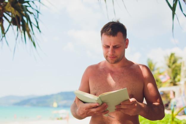 夏休みのコンセプト。砂浜のビーチでビーチサンダル。