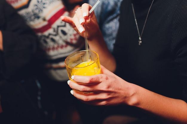オレンジジュース、クローズアップの瓶を保持している女性。