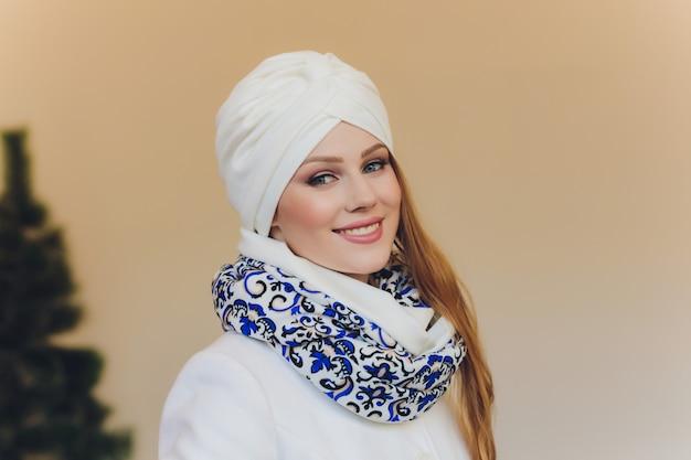 ヒジャーブの自信のあるアラビアの女性の写真は、あなたに正しい方法を示し、両指で空白を指さし、そこに行くよう誘い、スペースをコピーします。私と一緒にチェックしてください。