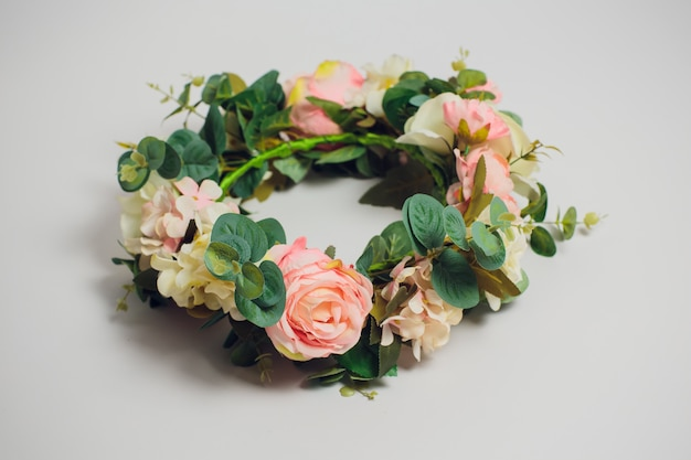 Свадебные цветы короны на белом фоне