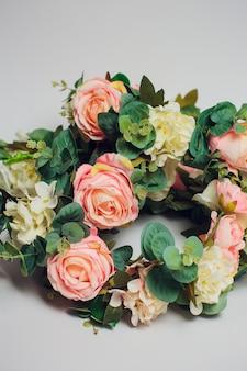白い背景の上の結婚式の花の冠