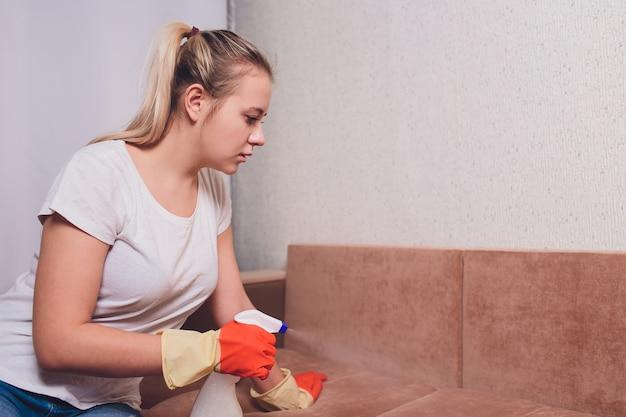 疲れた女性クリーニングソファ