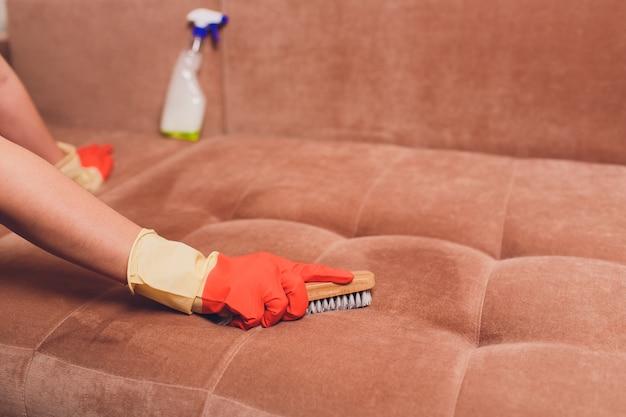 Женские руки с кисточкой и распылительной кушеткой