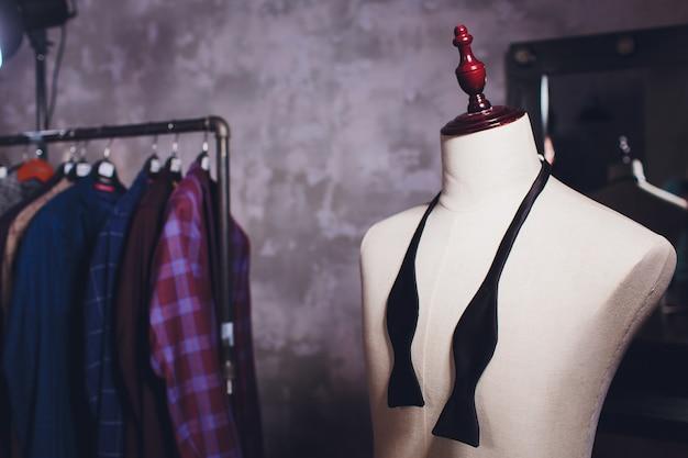 Заготовки курток на вешалку для одежды в ателье.