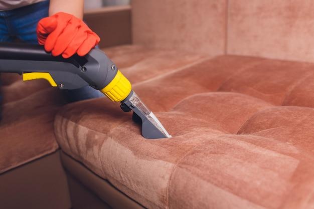 Химическая чистка дивана профессионально методом экстракции