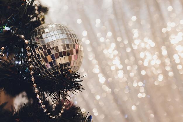 Елка с белыми и черными подарками в спальне новогодняя