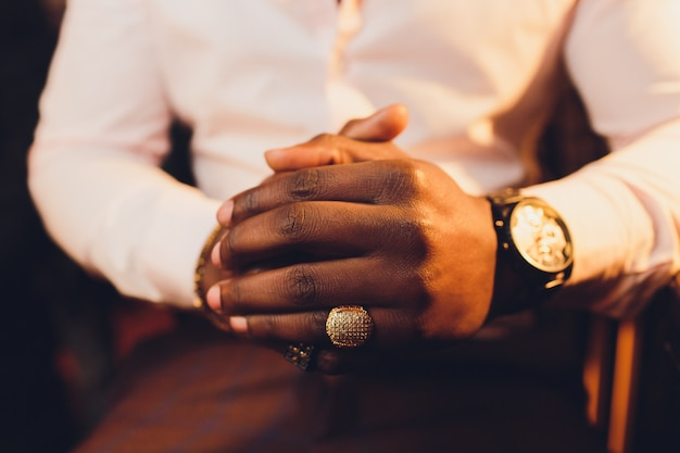 クローズアップまたは祈りの忠実な成熟した男の手のクローズアップ。手を組んで、神を礼拝する指を織り交ぜます。宗教、信仰、祈り、精神性の概念。