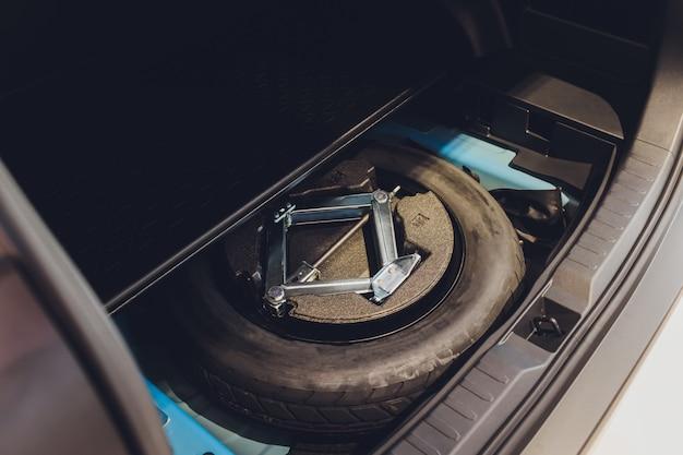 Запасное колесо в багажнике современного автомобиля.