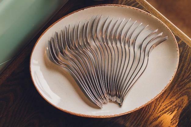スプーン、箸、プレートはビュッフェ形式です。